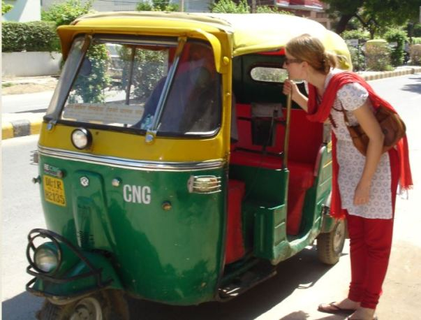 lady talking with auto driver